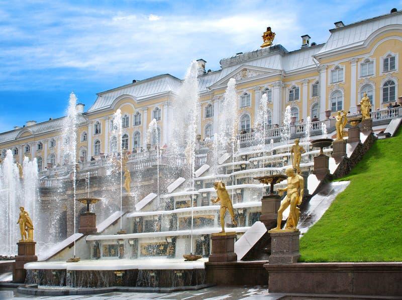 De fonteinen van het paleis van Peter. royalty-vrije stock afbeeldingen