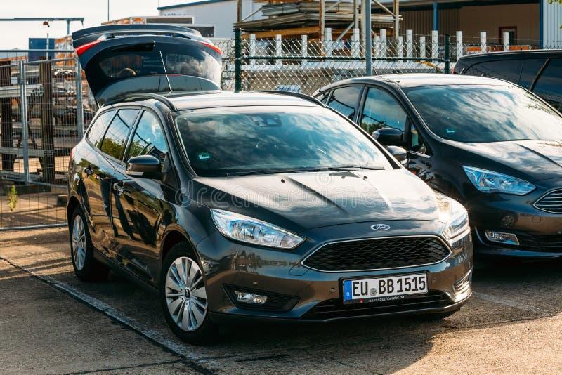 De Ford Focus-auto met een open boomstam die zich binnen bevinden stock foto's