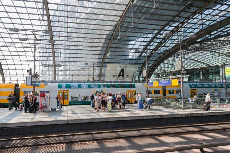 De forenzen wachten op de trein bij de centrale post van Berlijn royalty-vrije stock foto