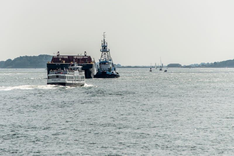04 09 2017 de forenzenveerboot die van Boston Massachusetts de V.S. over de Haven die van Boston komen groot vrachtschip met slee royalty-vrije stock fotografie