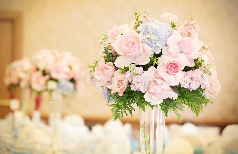 De formele bloemen van de ontvangstzaal stock foto
