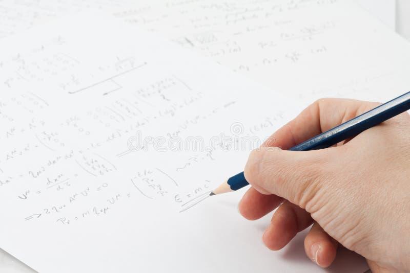 De formule van de fysica op papier stock afbeelding