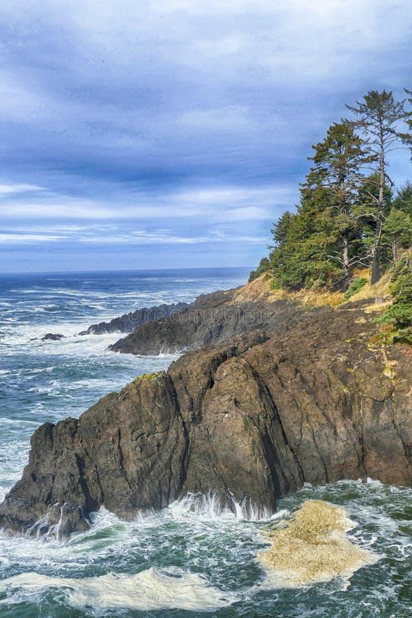 De fortes marées s'écrasent sur les rochers au large de la crête d'Otter photo stock