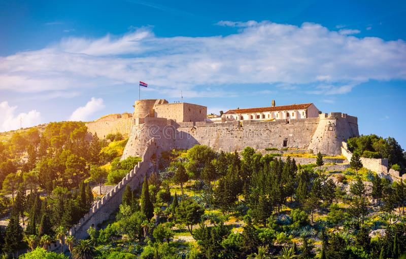 De Fortica-vesting (Spaanse Fort of Spanjola Fortres) op het Hvar-eiland in Kroatië Oude vesting op Hvar-eiland over stad ( stock fotografie