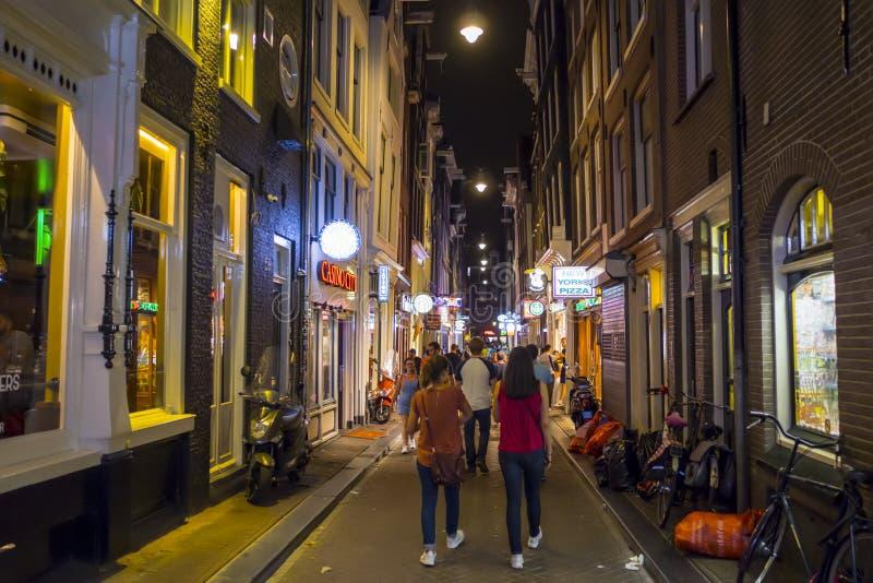 De fot- zonerna av Amsterdam - upptaget ställe på natten - AMSTERDAM - NEDERLÄNDERNA - JULI 20, 2017 royaltyfria bilder