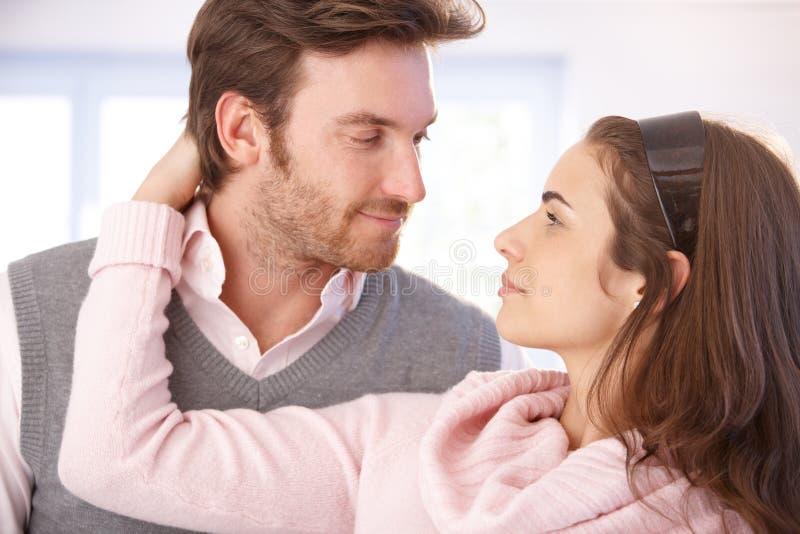 De foto van de close-up van het jonge paar kussen royalty-vrije stock foto