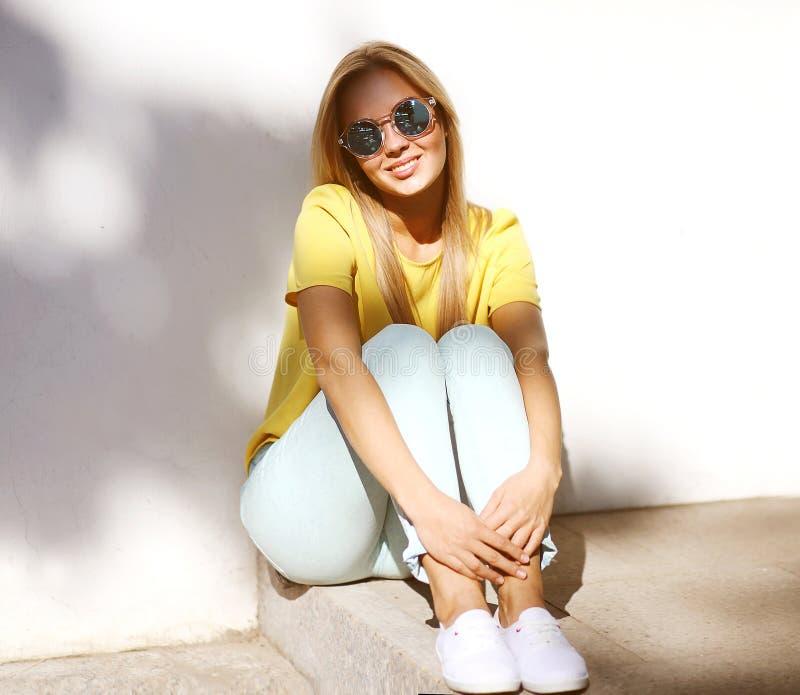 De foto van de de zomermanier, modieuze mooie glimlachende vrouw in zonnebril royalty-vrije stock afbeeldingen