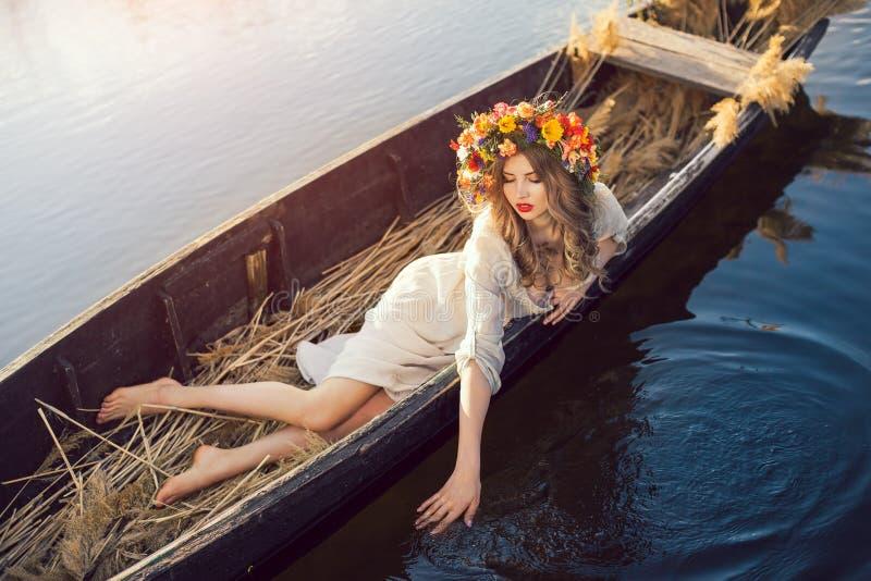 De foto van de fantasiekunst van een mooie dame die in boot liggen royalty-vrije stock foto