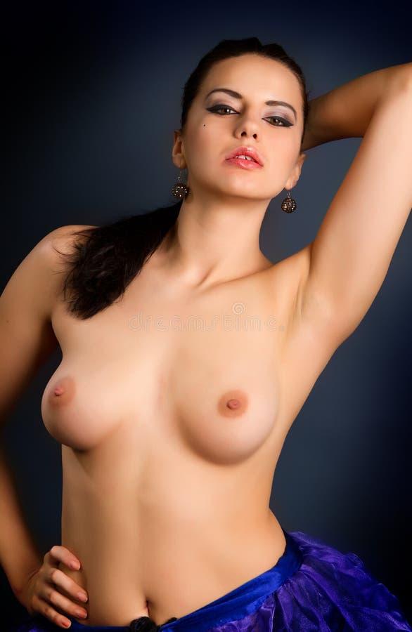 Download De Foto Van De Manier Van Mooie Naakte Vrouw Met Sexy Tan Lichaam Op Dark Stock Afbeelding - Afbeelding bestaande uit lichaam, lingerie: 29502515