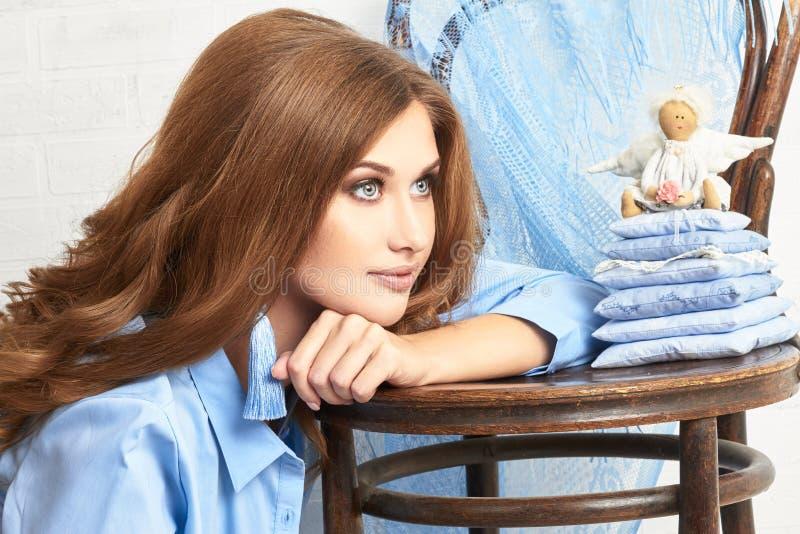 De foto van de manierkunst van een vrouw in een blauw overhemd Naakt lichaam Nadenkend geheimzinnig dromerig portret van een meis stock fotografie