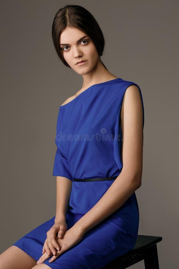 De foto van de studiomanier van elegante mooie dame in blauwe kleding royalty-vrije stock afbeelding