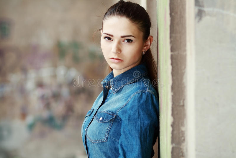 De Foto van de voorraad van een Meisje tegen Blauwe Muur royalty-vrije stock afbeeldingen