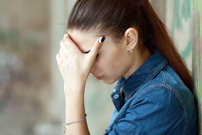 De Foto van de voorraad van een Meisje tegen Blauwe Muur stock foto's