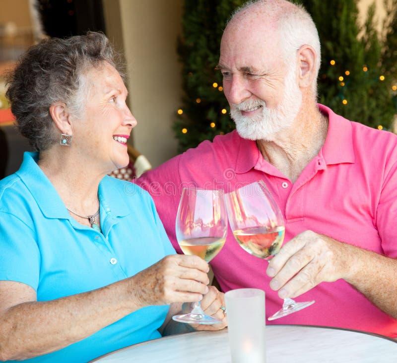 De Foto van de voorraad van Hogere het Drinken van het Paar Wijn stock afbeeldingen