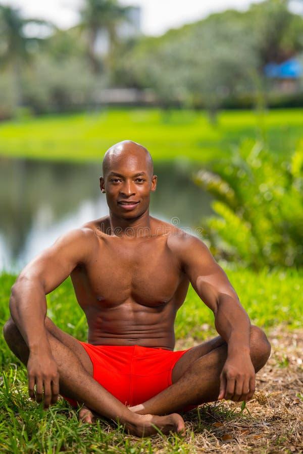 De foto van een geschiktheidsmodel in een yoga stelt royalty-vrije stock afbeelding