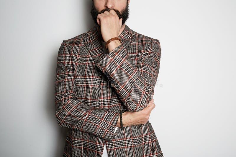 De foto van gebaard zakenmanmodel stelt in toevallig jasje en leeg wit de zomerkatoen van de t-shirtpremie, op wit stock foto's