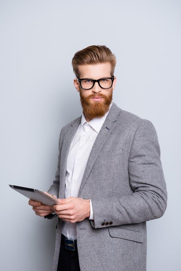 De foto van gemiddelde lengte van de jonge slimme knappe mens in formalwear met stock foto's