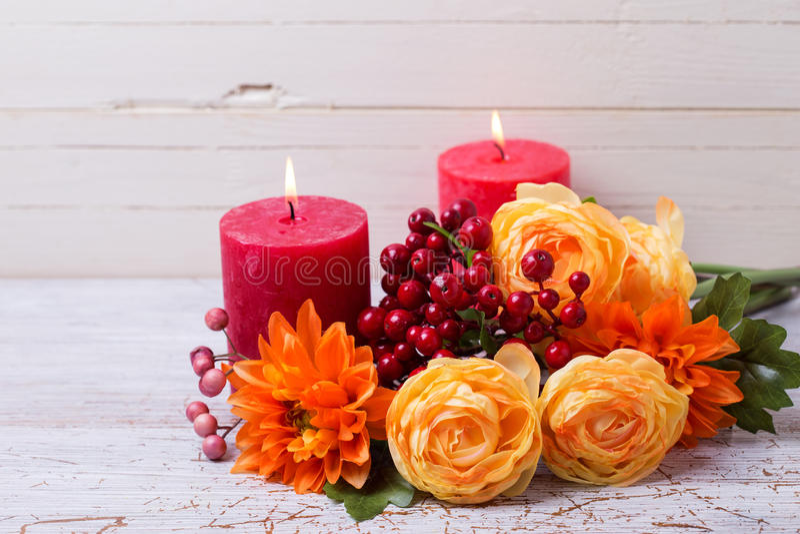 De foto van het de herfststilleven met bloemen in gele kleuren en candl stock afbeeldingen