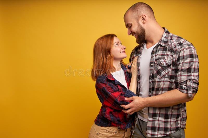 De foto van het profiel zijaanzicht van knap vriendmeisje klaar voor kusomhelzingen wat betreft het onderzoeken van binnen gekled royalty-vrije stock afbeeldingen