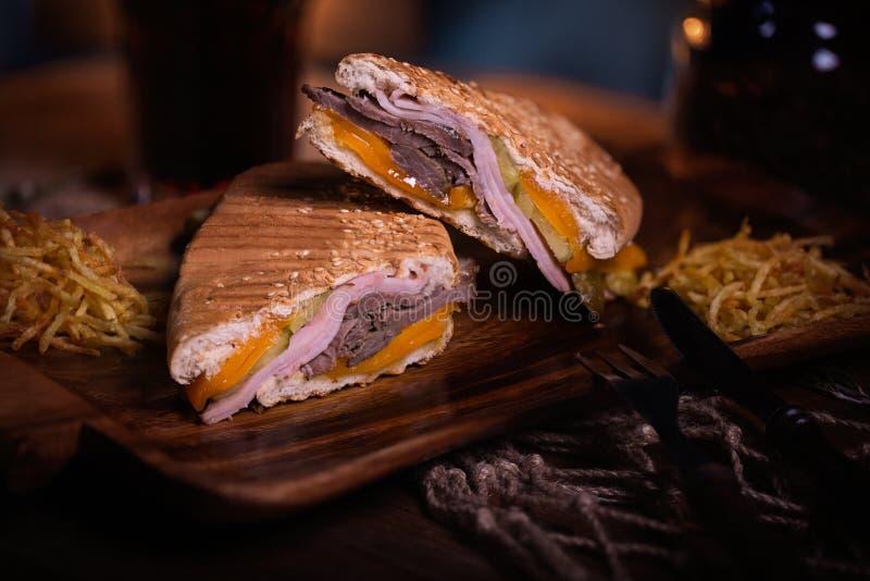 De foto van het sandwichvoedsel Straatvoedsel Verse smakelijke geroosterde hamburger met eigengemaakte die ambachtbroodjes, bij b royalty-vrije stock afbeelding