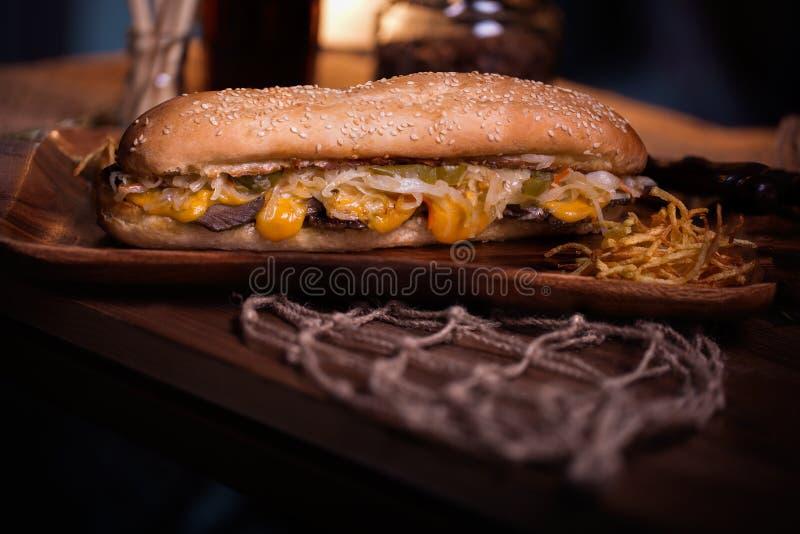 De foto van het sandwichvoedsel Straatvoedsel Verse smakelijke geroosterde hamburger met eigengemaakte die ambachtbroodjes, bij b stock foto