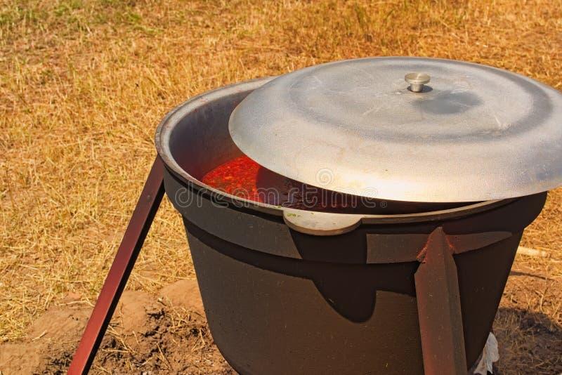 de foto van het voedselconcept Mooie mening van het voedsel Het proces om borscht in een ketel of diepe pan in open brand te koke royalty-vrije stock foto's