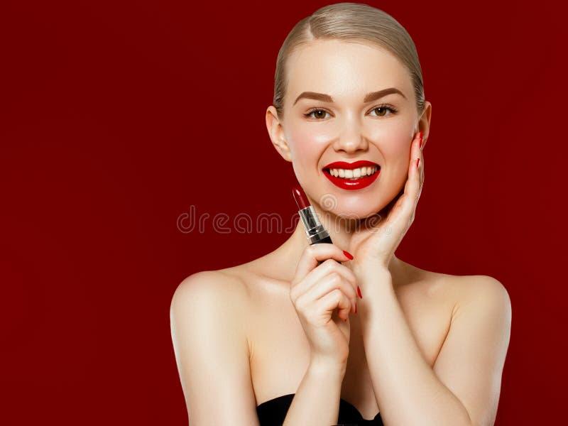 De foto van de manier Close-up van Vrouwengezicht met Helder Rood Matte Lipstick On Full Lips Schoonheidsschoonheidsmiddelen, Mak royalty-vrije stock foto