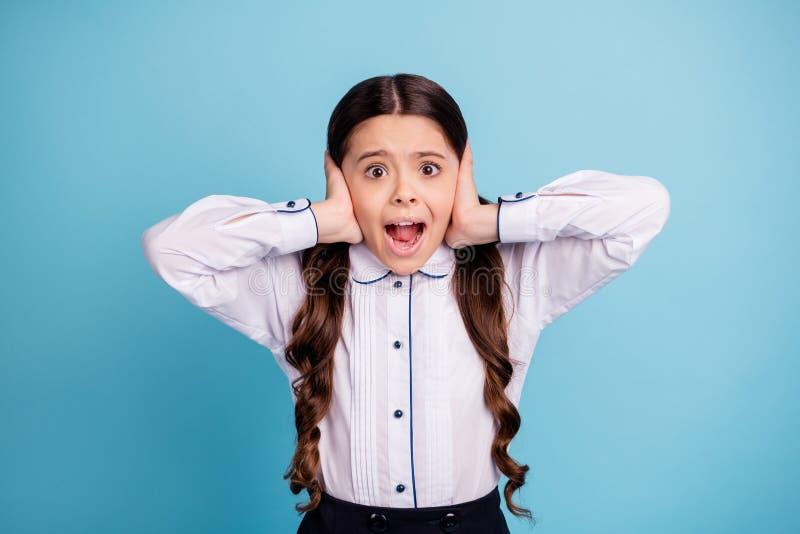De foto van mooie schooldame overhandigt de oren van de vingershuid de lawaaierige klaslokaal schreeuwende klasgenoten wit overhe stock fotografie