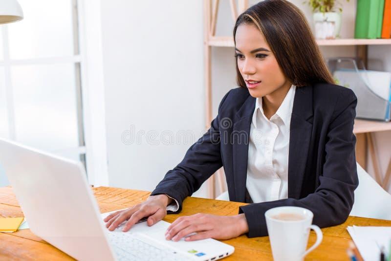 De foto van Nice van bedrijfsvrouw in bureau stock foto's
