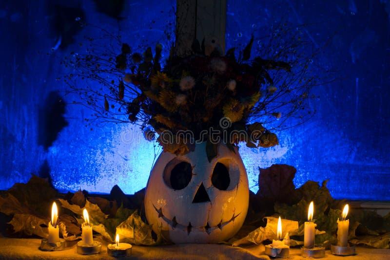 De foto van pompoen van een vaas met de bloemen voor een vakantie zegent royalty-vrije stock foto's