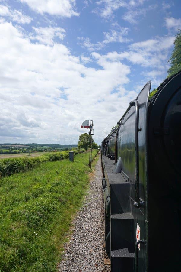 De foto van de stoomtrein uit de trein wordt genomen die stock fotografie