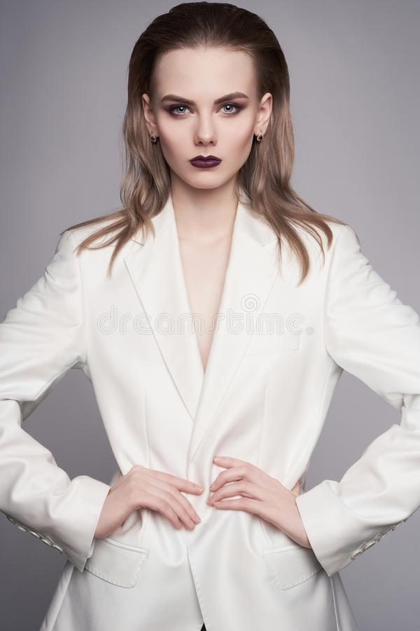 De foto van de studiomanier van jonge elegante vrouw in wit mannen ` s jasje royalty-vrije stock foto's