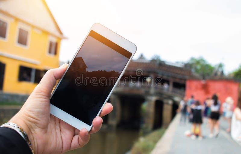 De foto van toeristenselfie van geel oud huis bij het Lopen op straten van Hoi An, Hoi An is cultuur, de Plaats van de de Werelde stock foto's