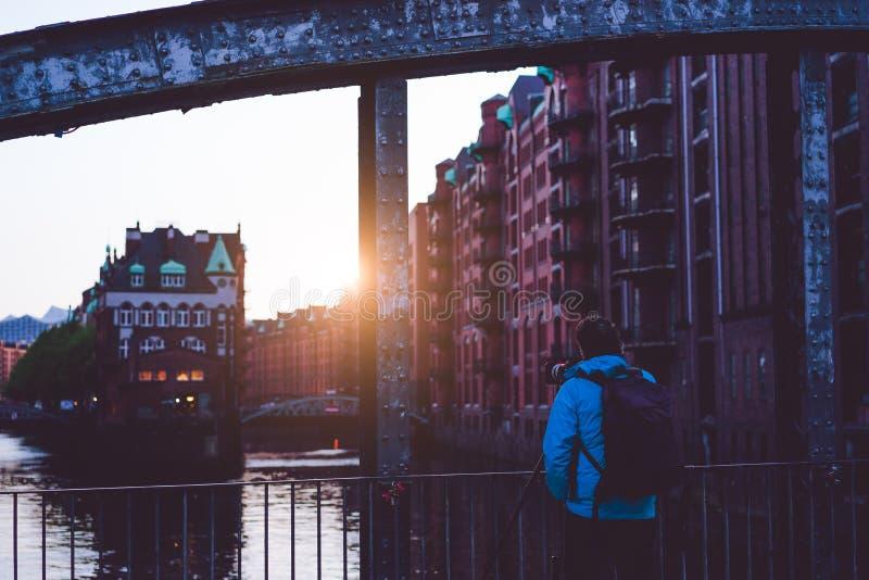 De foto vangt zonsondergang bij de massieve staalbouw van Poggenmoehlenbruecke-brug dichtbij Wasserschloss Hamburg royalty-vrije stock foto's