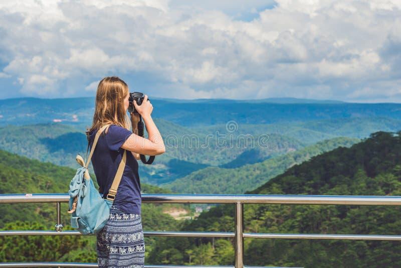 De fotograaf die van de toeristenreiziger beelden van het verbazen landsca nemen stock fotografie