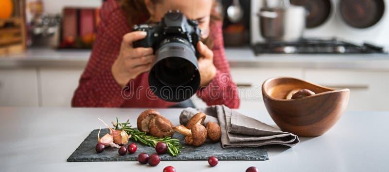 De fotograaf die van het vrouwenvoedsel close-up van paddestoelen nemen royalty-vrije stock foto's
