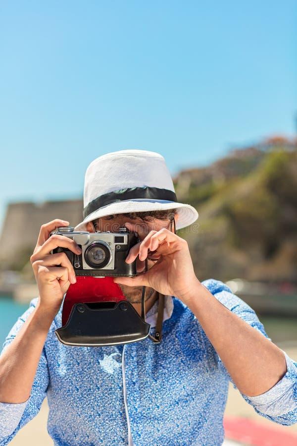 De fotograaf die van de Hipstermens foto met retro camera nemen royalty-vrije stock fotografie