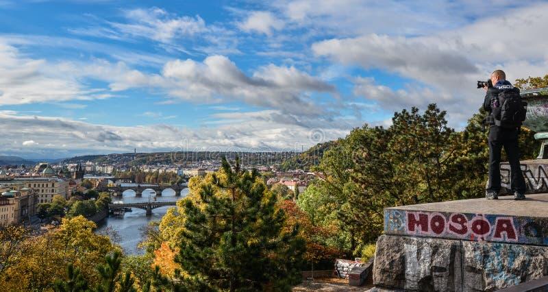 De fotograaf neemt beeld van Schitterende mening over de stadscentrum van Praag, Vltava-rivier en cascade van bruggen, Tsjechisch stock foto