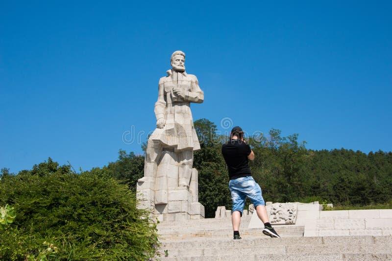 De fotograaf neemt foto's van het Hristo Botev-monument in Kalofer-stad in Bulgarije royalty-vrije stock foto's