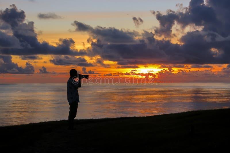 DE FOTOGRAAF NEEMT ZONSONDERGANGfoto BIJ PASEN-EILAND, CHILI royalty-vrije stock foto