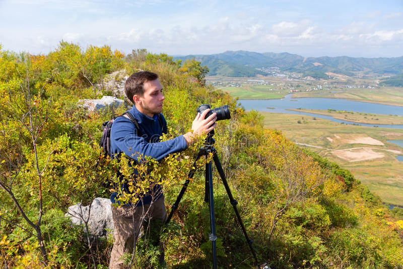 De fotograaf op de camera schiet landschap royalty-vrije stock afbeeldingen