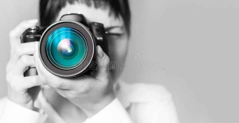 De fotograaf van de vrouw met camera royalty-vrije stock foto