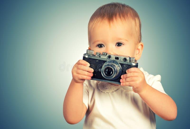 De fotograaf van het babymeisje met retro camera royalty-vrije stock afbeeldingen