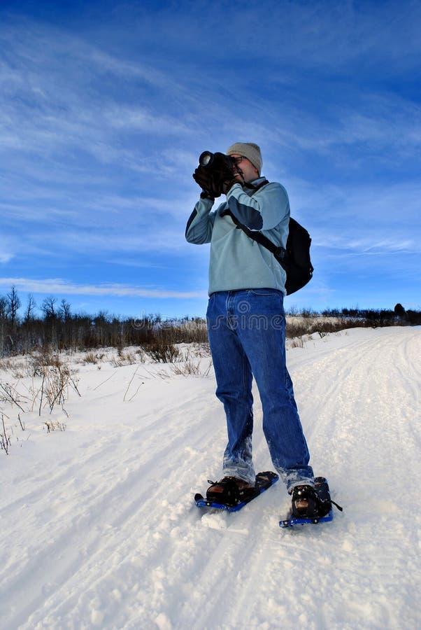 De Fotograaf van Snowshoeing stock afbeeldingen