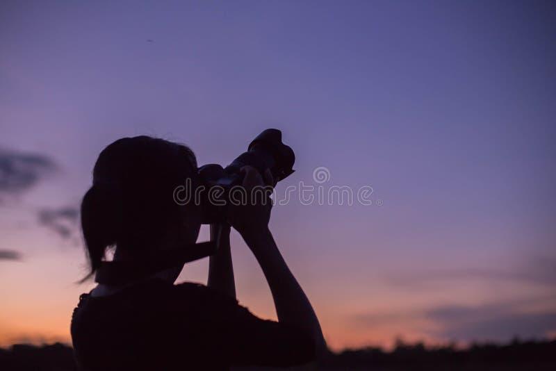 De fotograaf van de vrouwenaard met digitale camera stock foto