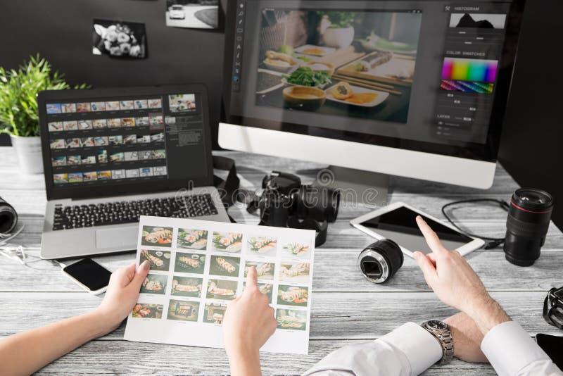 De fotografencomputer met foto geeft programma's uit stock foto's