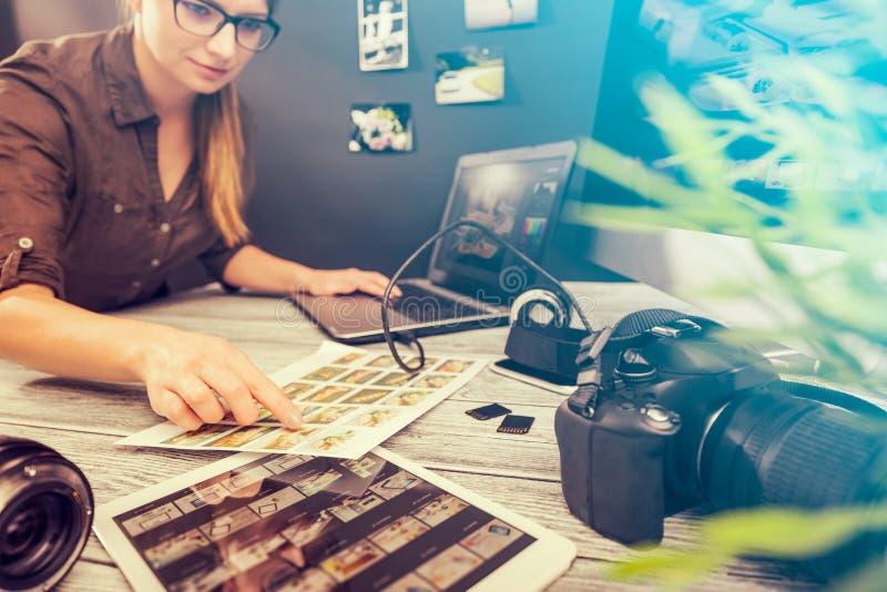 De fotografencomputer met foto geeft programma's uit royalty-vrije stock afbeeldingen