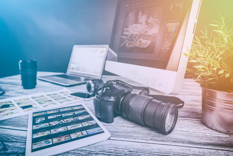 De fotografencomputer met foto geeft programma's uit stock afbeelding