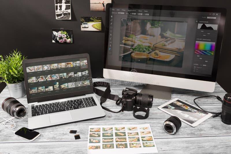 De fotografencomputer met foto geeft programma's uit stock foto