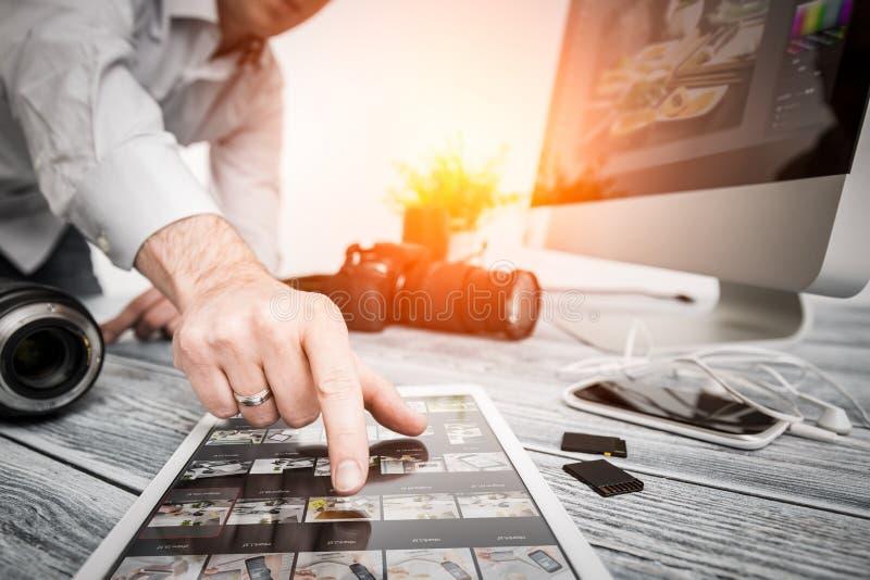 De fotografencomputer met foto geeft programma's uit royalty-vrije stock afbeelding